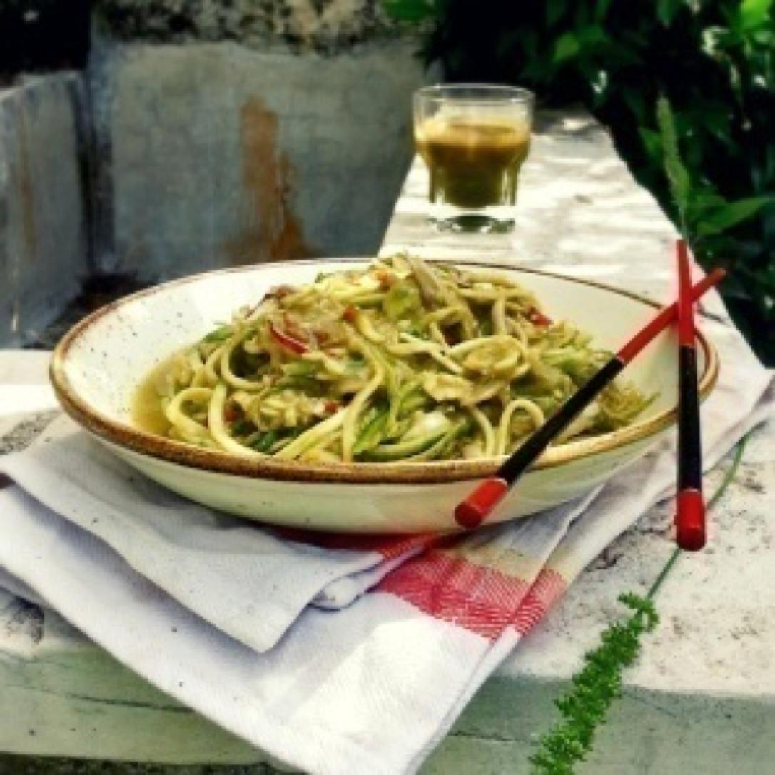 Spaghetti di zucchine in crema di avocado, sedano e lattuga
