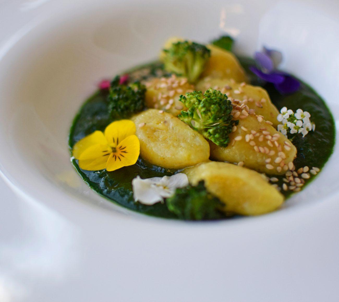 Gnocchi con broccoli, salsa di vino e di spinaci