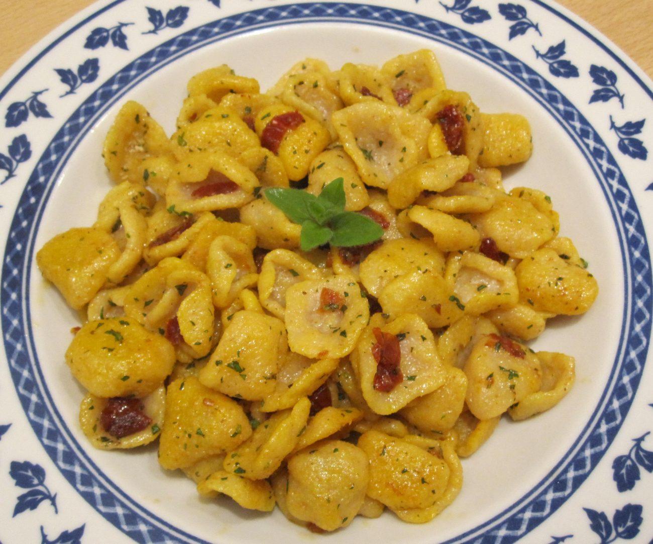 Orecchiette fatte in casa con aglio, olio, pomodori e zafferano