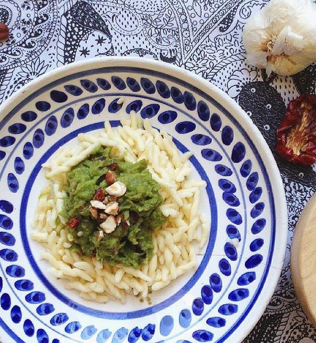 Trofie al pesto di gambi di cime di rapa con pomodorini secchi, olive taggiasche e nocciole
