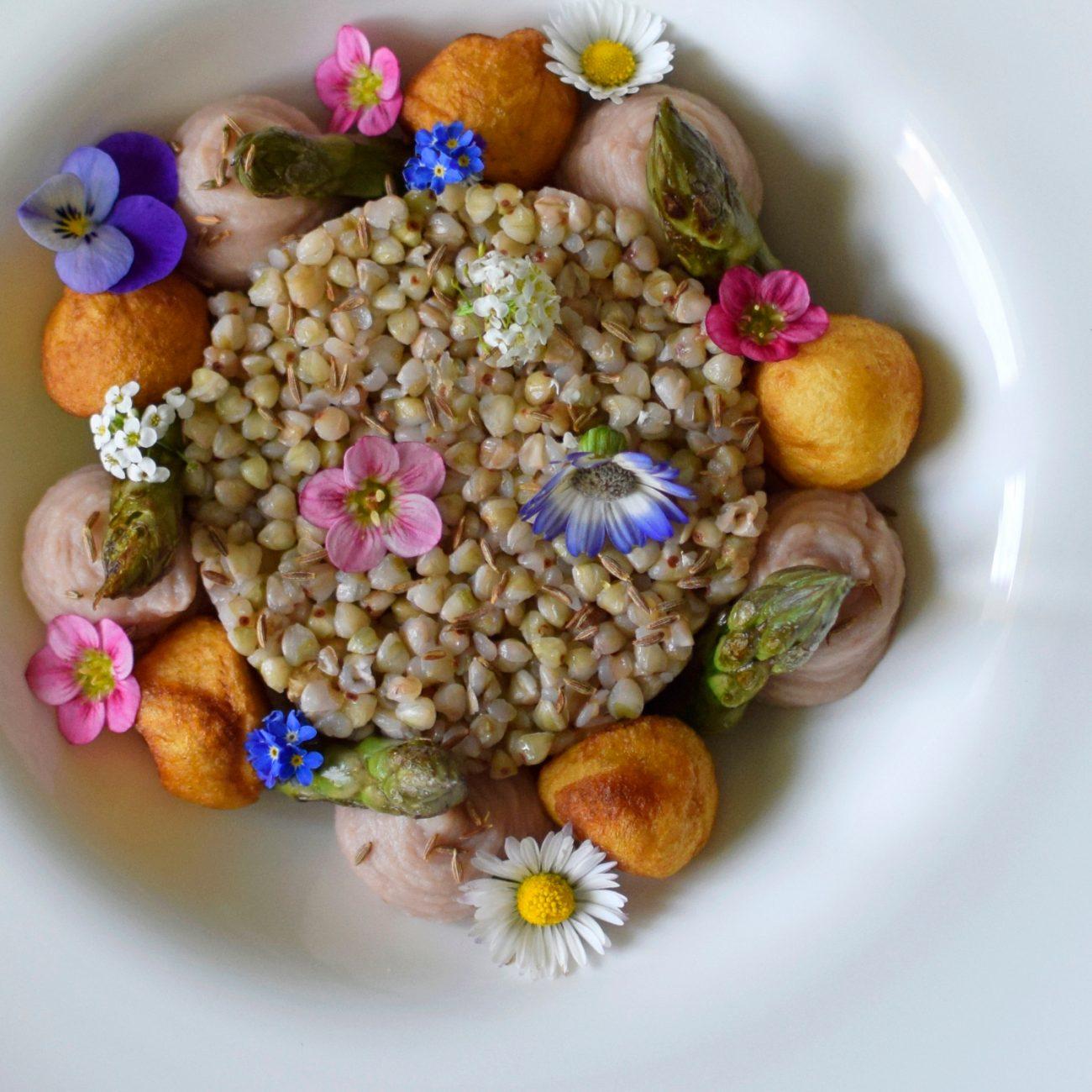 Grano saraceno con patate, asparagi e crema di borlotti