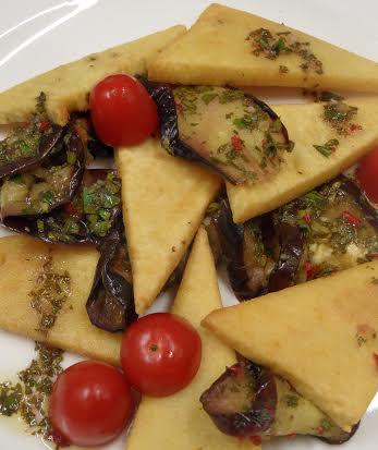 Panelle con melanzane grigliate e pesto aromatico piccante