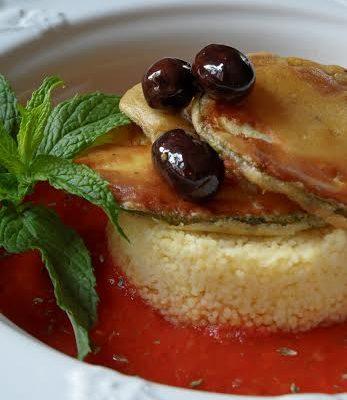 vegan chips di zucchine su couscocus crema rosso_nicoletta donini_io scelgo veg