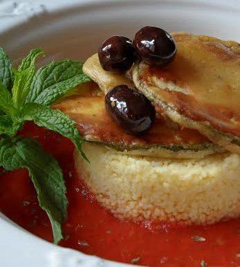 Chips di zucchine novelle su couscous con crema rosso fuoco