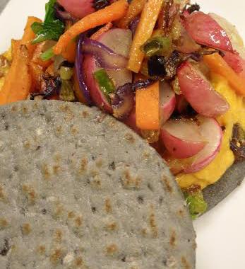 Dischi di piada neri farciti con patè al curry e verdure spadellate