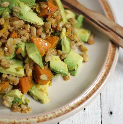 Insalata tiepida di farro con zucca e avocado