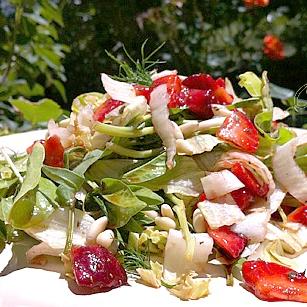 Insalata aromatica di verdure e fragole