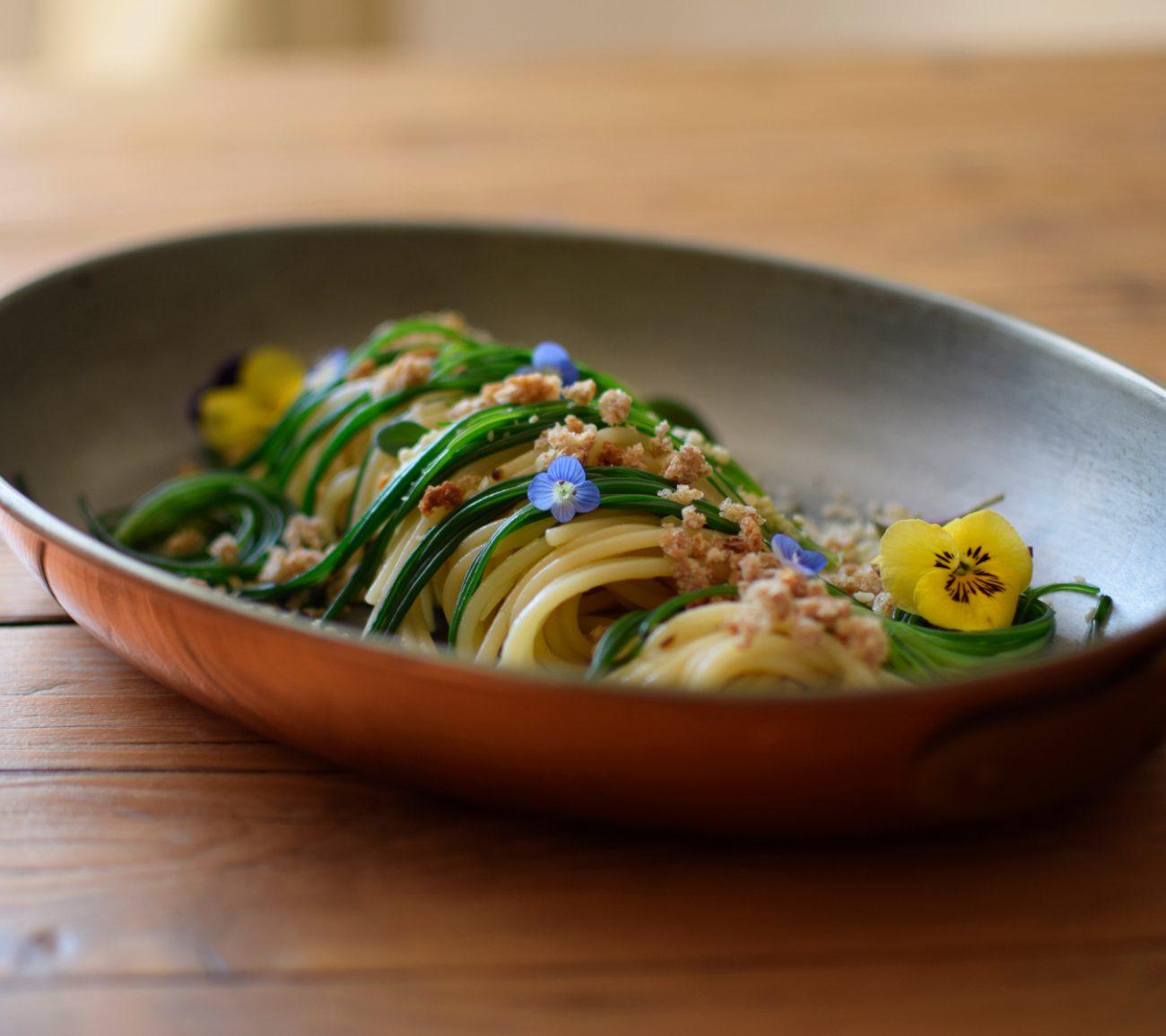 Spaghetti aglio, olio e peperoncino con verdure croccanti