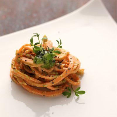 Spaghetti vegan crudisti di batate e erba cipollina_ Mari Zeta