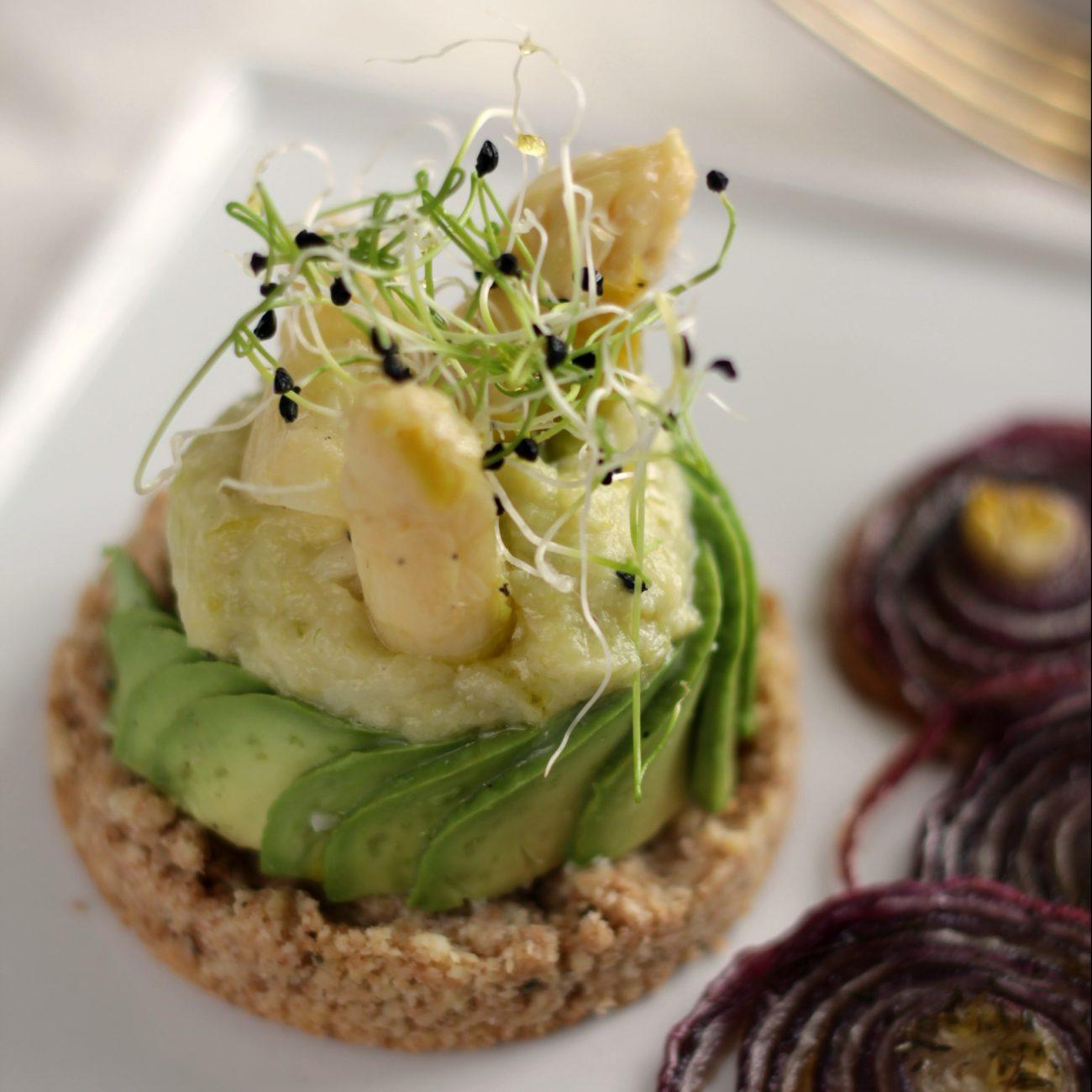 Frolla salata con avocado e asparagini bianchi
