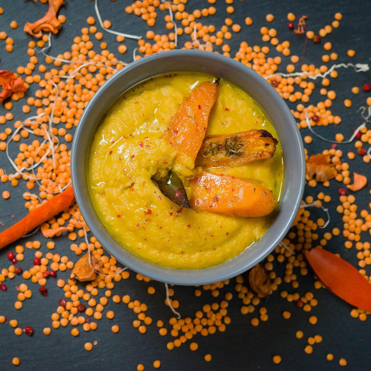 Zuppa di verdure arrostite e lenticchie rosse, profumata allo zenzero e limone