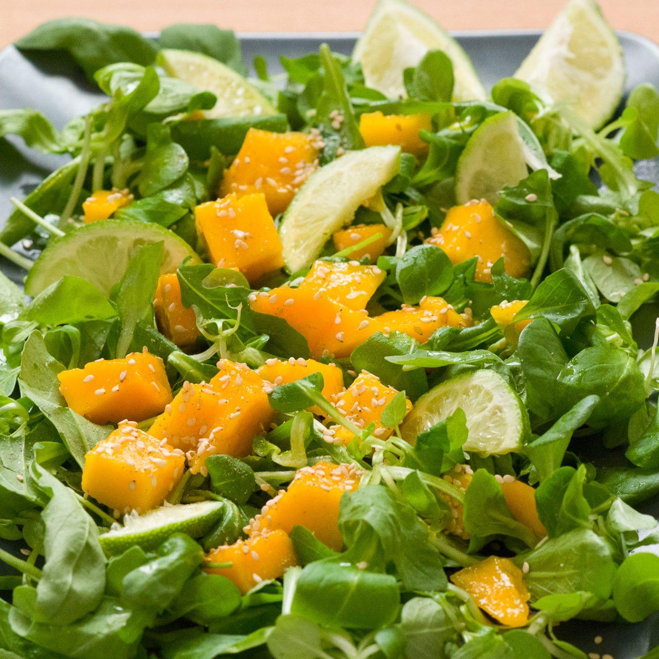 Insalata fresca di mango, rucola e songino