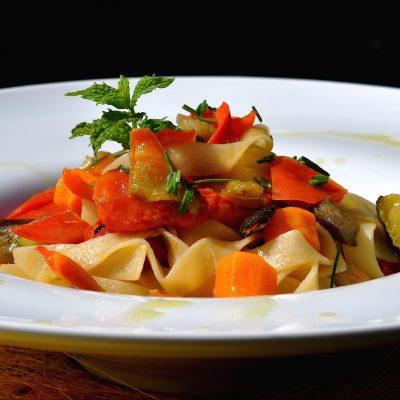 tagliatelle di quinoa alla fantasia di verdure_Parole Vegetali