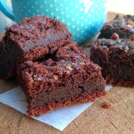 Brownies al cioccolato con croccante di arachidi