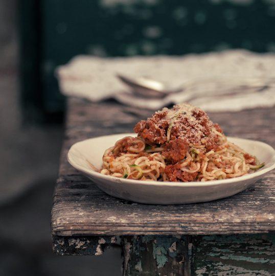 Spaghetti di zucchine con ragù vegetale