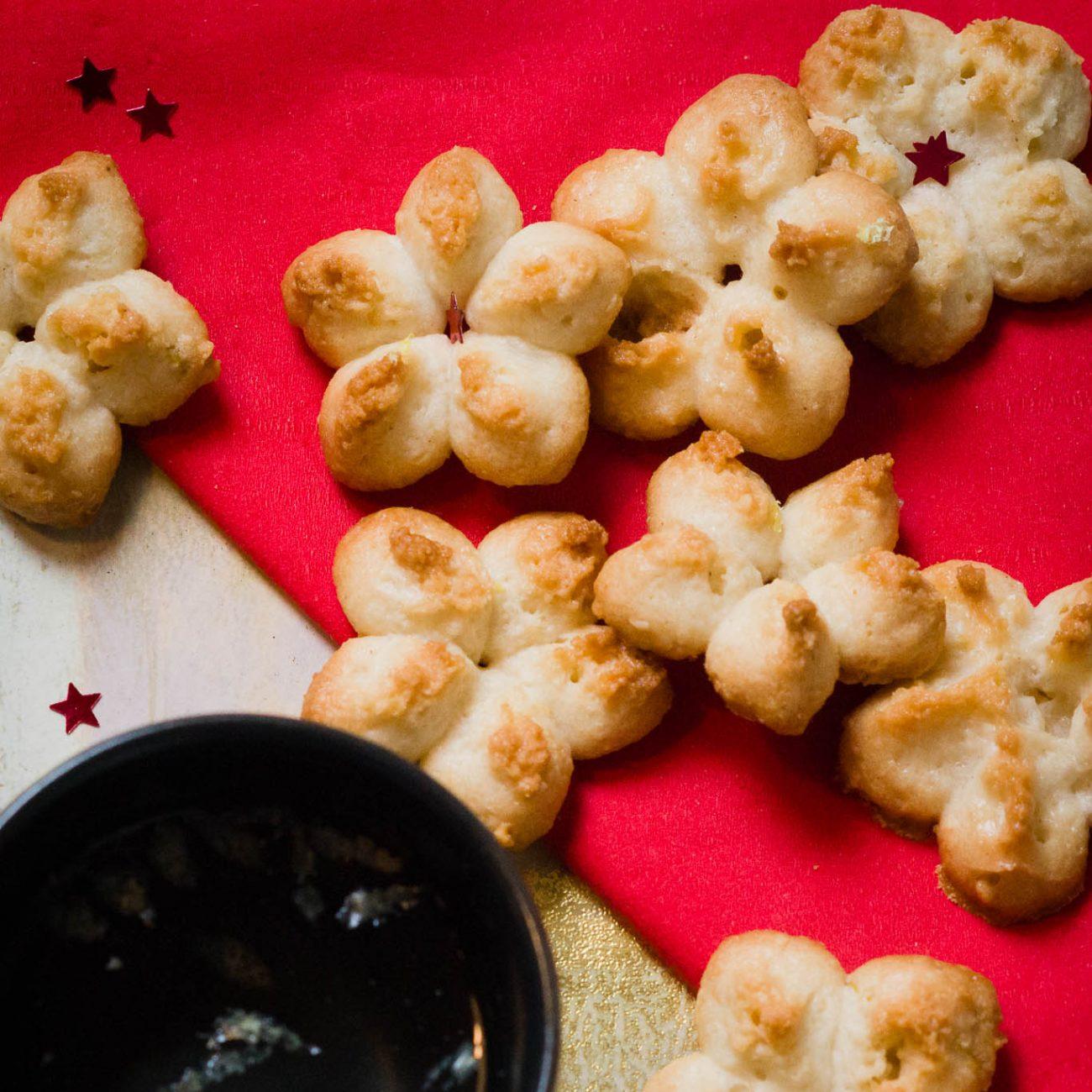 Biscotti di Natale alle mandorle con la sparabiscotti