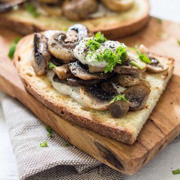 Crostoni ai funghi e girasole