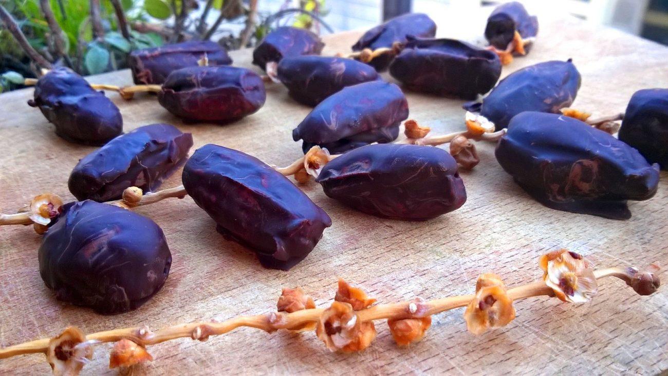Datteri con mandorle e cioccolato