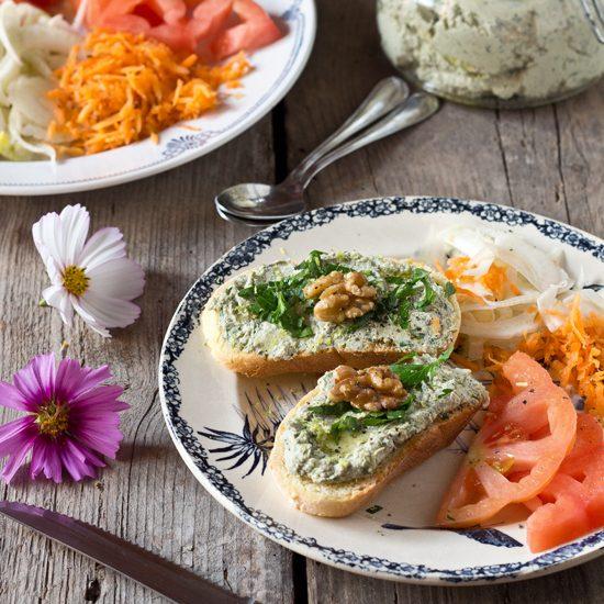 Formaggio vegetale spalmabile con erbe e noci
