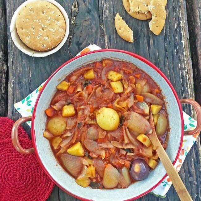 Zuppa di cipolle cremose in salsa al pomodoro