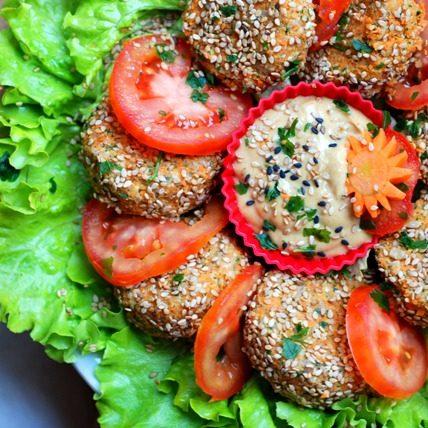Raw falafel con salsa alla senape