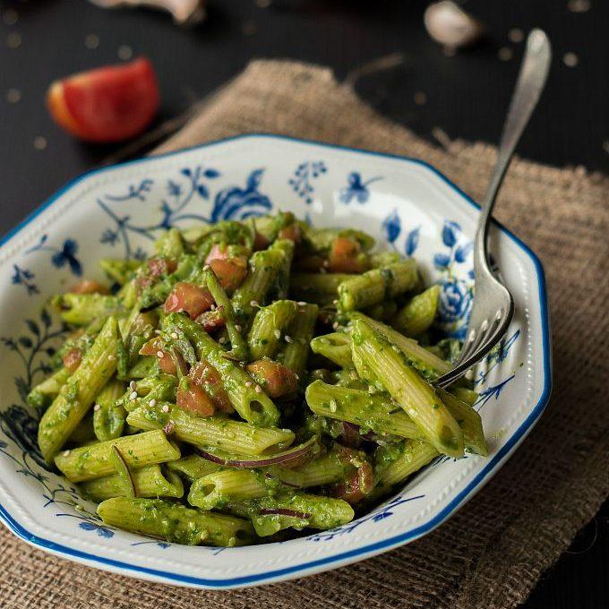 Pasta fredda al pesto crudo di spinaci e avocado