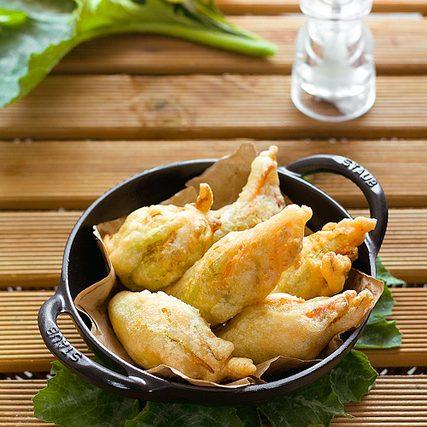 Fiori di zucca fritti, ripieni di patate e pinoli al curry