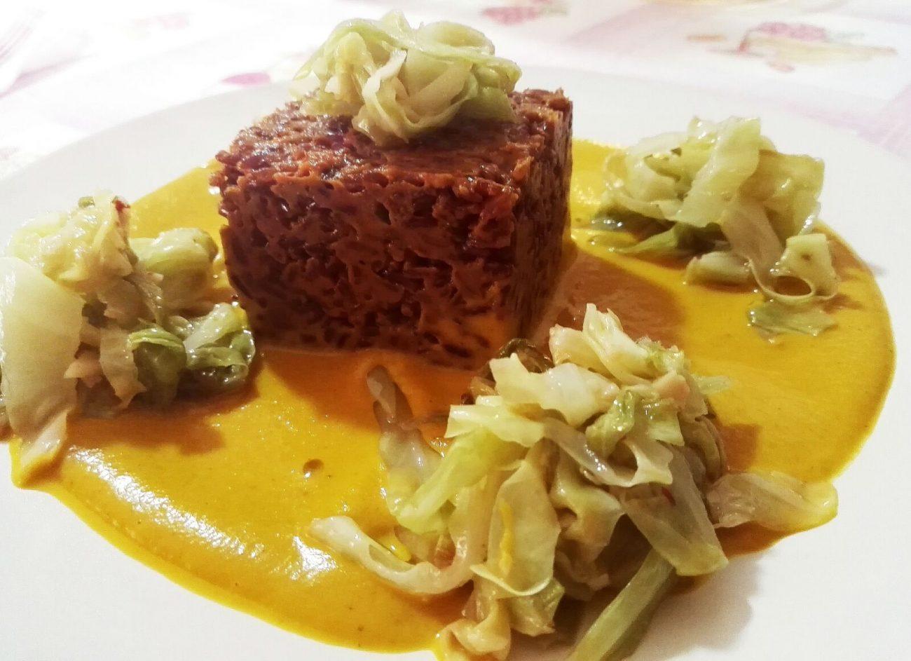 Riso rosso selvaggio con crema speziata di zucca e carota con crauto bianco croccante