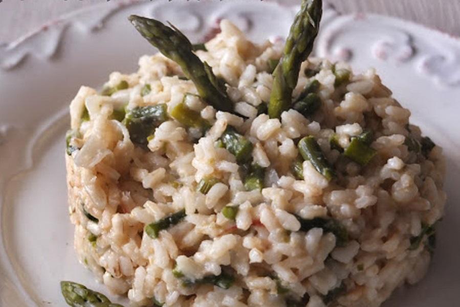 Risotto agli asparagi mantecato con anacardi.