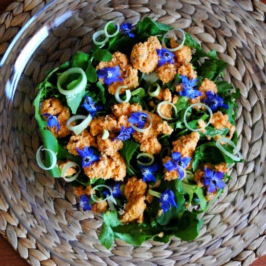 Insalata con fiori di borragine e dressing alle carote