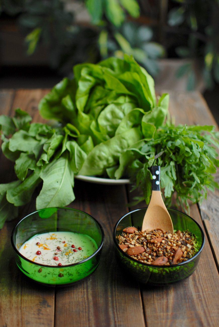 Insalata con granola alle erbe aromatiche e dressing