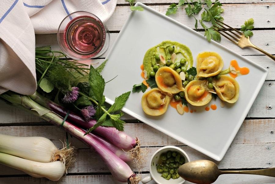 Ravioli di tempeh alle erbe con crema di piselli e riduzione di carote allo zenzero