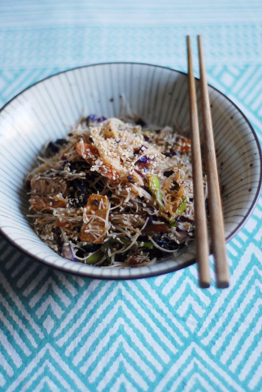 Spaghetti di riso con tofu e verdure