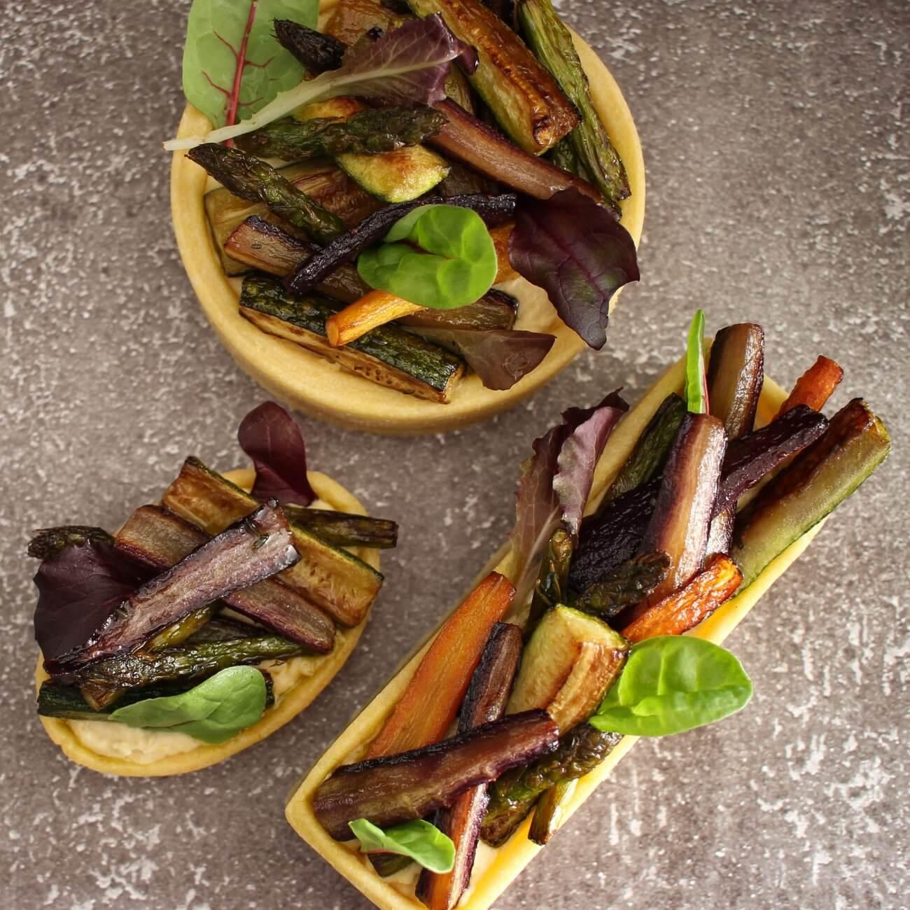 Tartelette salate all'hummus e verdure croccanti