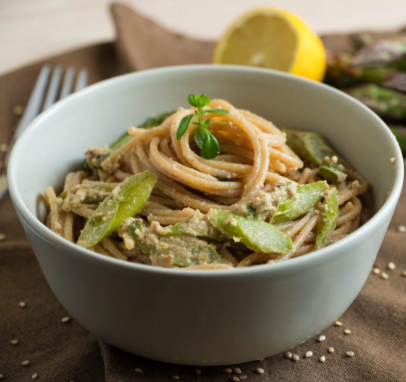 Spaghetti cremosi con asparagi e tahina