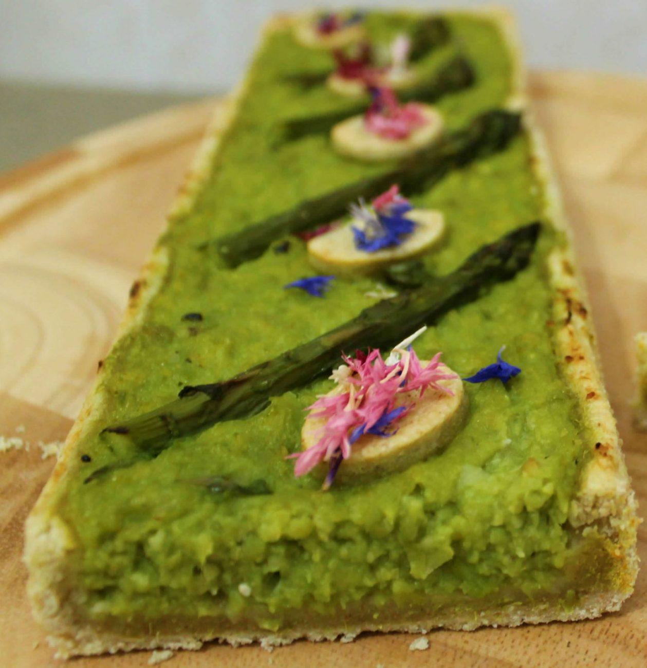 Torta salata moderna agli asparagi
