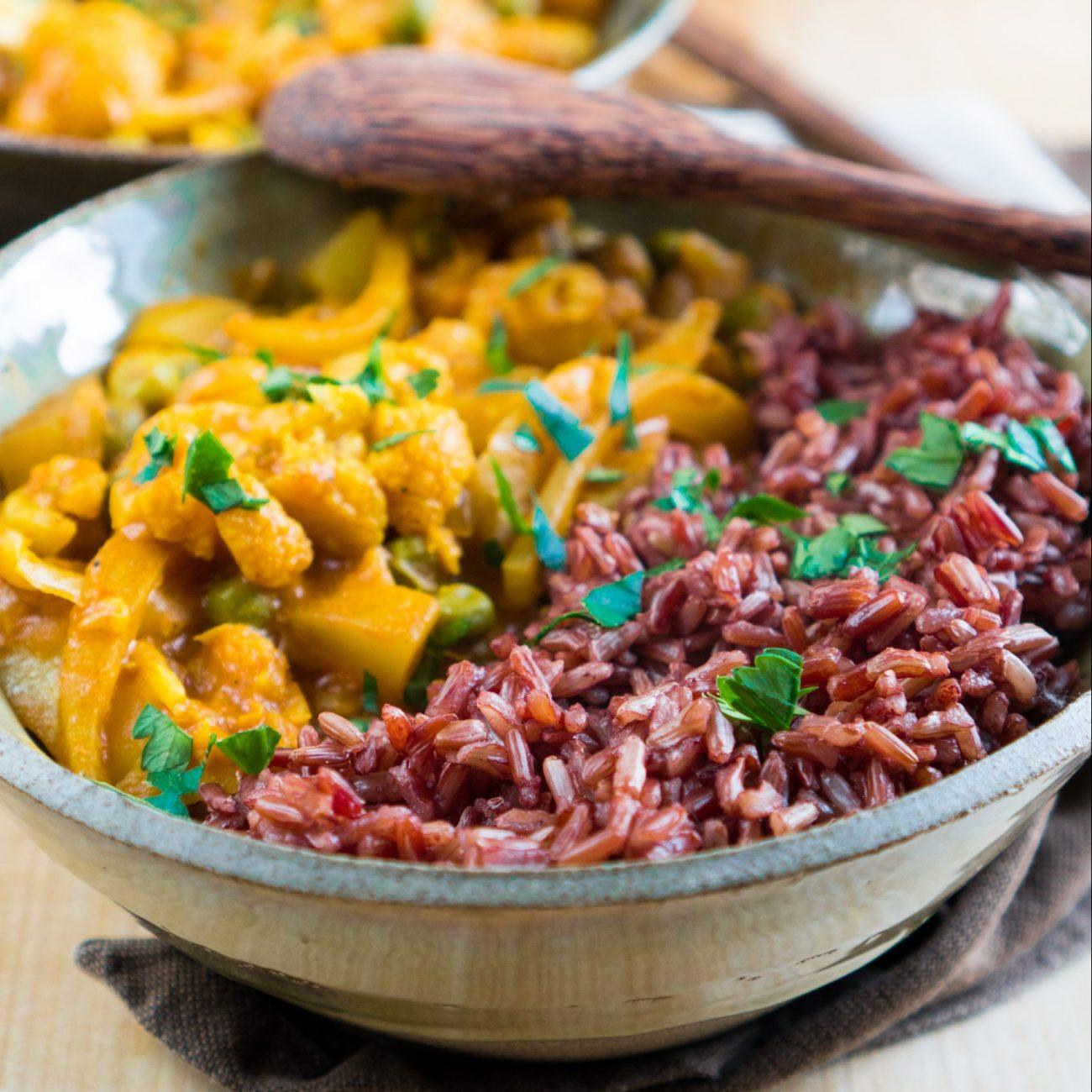 Bowl con curry di verdure e riso rosso