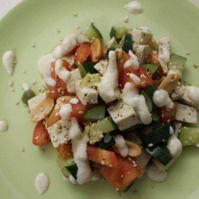 insalata di tofu con salsa cremosa di Libera Arienti ioscelgoveg