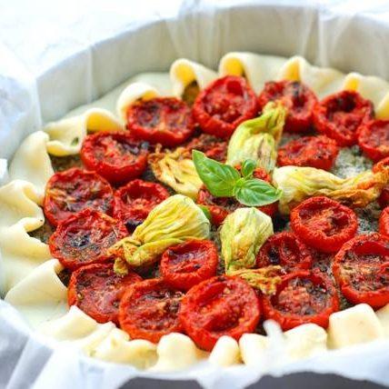 Torta di pasta al vino con ricotta di mandorle, spinaci e pomodorini confit