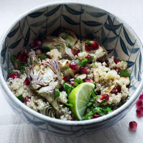 Insalata di quinoa con carciofi e melagrana