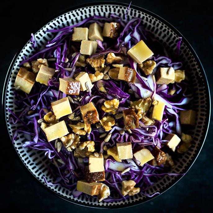 Insalata di cavolo viola e tofu affumicato