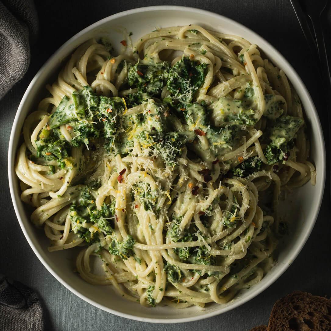 Spaghetti con cavolo riccio e crema di anacardi