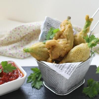 fiori di zucca in tempura con salsa piccante vegan