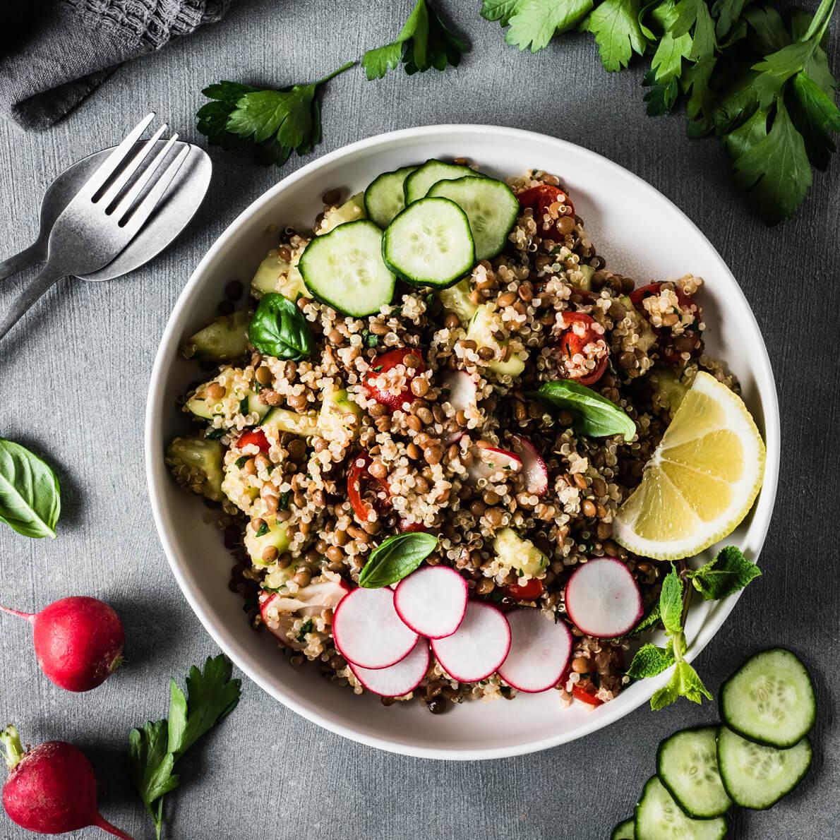 Tabulè di quinoa e lenticchie con verdure