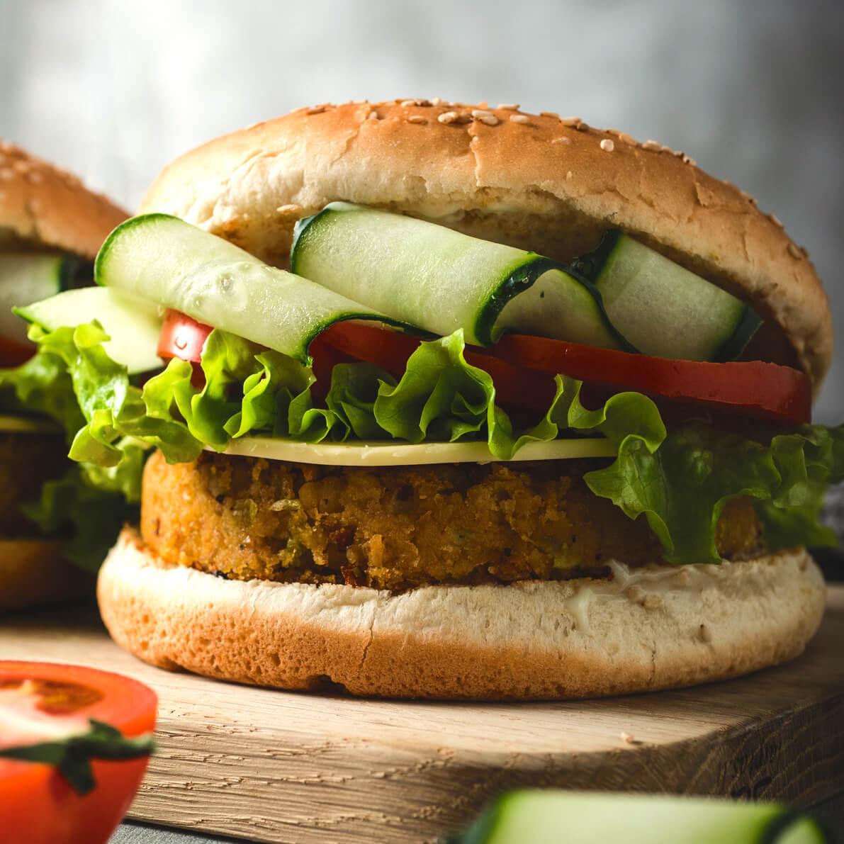Burger di ceci con panino farcito con verdure