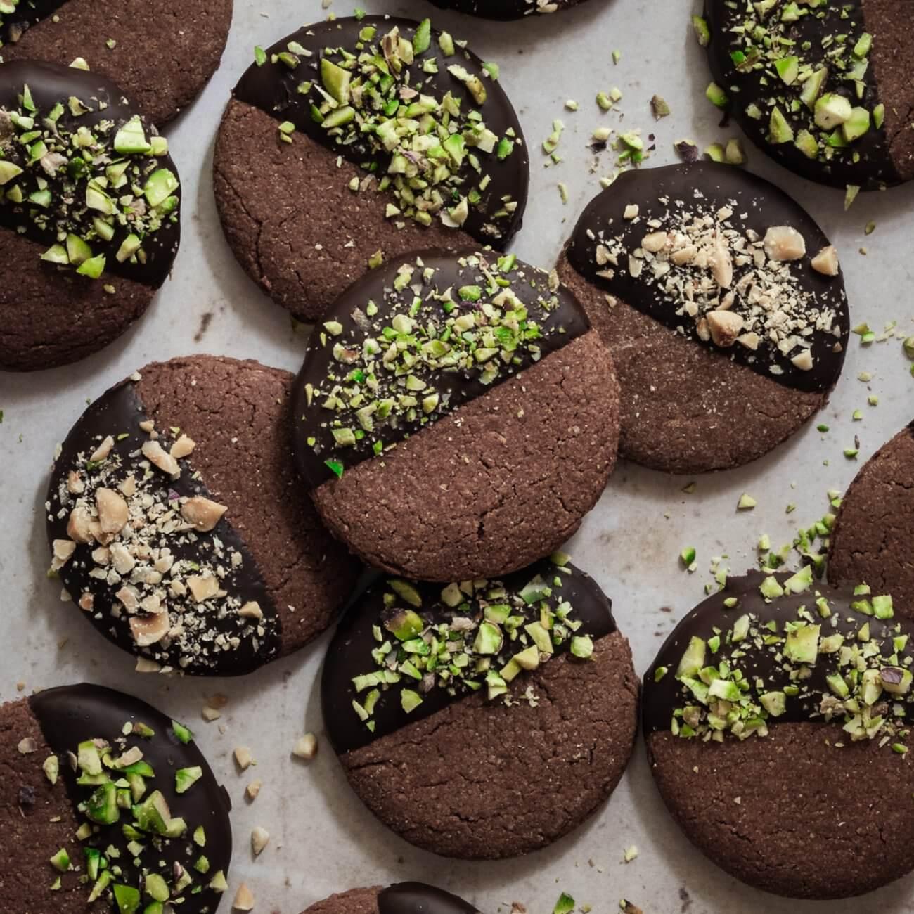 Frollini al cacao con glassa al cioccolato e granella di pistacchi e nocciole
