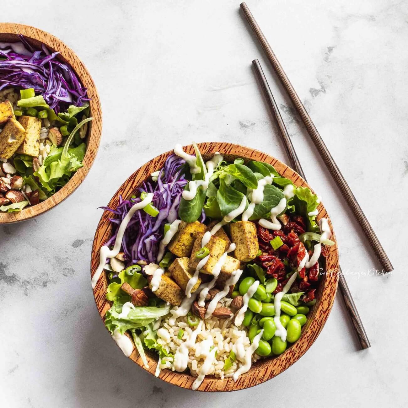 Vegan Buddha bowl di riso integrale e tofu speziato