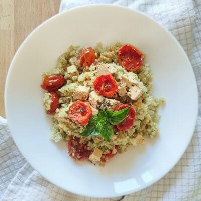 quinoa con pesto, pomodorini e tofu